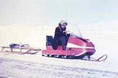 Radziecki prospector odtransportowywa na snowmobile szklanym słoju z maszyna olejem