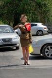 Radziecki ruchu drogowego kontroler w mundurze druga wojna światowa wskazuje kierunek w Volgograd Zdjęcia Royalty Free