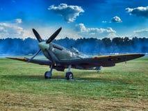 RAF Spitfire parkeerde op gras in Goaszka in Polen stock fotografie