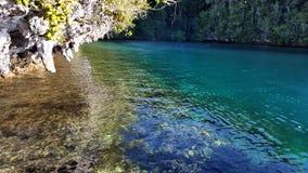 Rafa koralowa z piękną błękitne wody plażą Zdjęcie Royalty Free