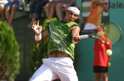 Rafa Nadal που χτυπά τη σφαίρα ευρέως στοκ εικόνα