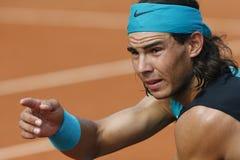 Rafa Nadal som vitt gör en gest under match i mallorca Arkivfoto