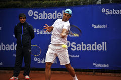 Rafael Nadal Training in Barcelona aan uitgave 62 van de Conde DE Godo Trophy tennistoernooien royalty-vrije stock foto