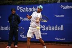 Rafael Nadal Training em Barcelona à edição 62 do competiam de tênis de Conde de Godo Troféu Foto de Stock Royalty Free