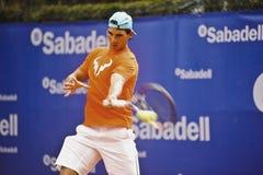 Rafael Nadal Training i Barcelona till upplagan 62 av den Conde de Godo Trofé tennisturneringen Royaltyfri Foto