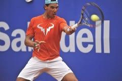 Rafael Nadal Training i Barcelona till upplagan 62 av den Conde de Godo Trofé tennisturneringen Royaltyfri Fotografi