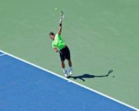 Rafael Nadal von Spanien-Hits Serve während US öffnen sich. Lizenzfreie Stockfotos