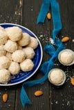 Raffaello Sweets fait maison - boules de noix de coco photos stock