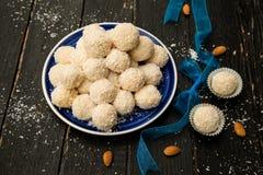 Raffaello Sweets fait maison - boules de noix de coco photo stock