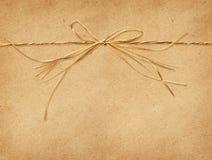 Raffia τόξο που δένεται σε χαρτί τεχνών Στοκ Εικόνα