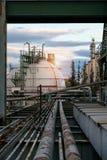 Raffinaderi för gaslagring med rörkuggen på morgontid Arkivfoton