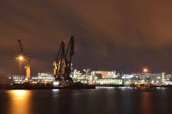Raffinaderi i Hamburg port vid natt Fotografering för Bildbyråer