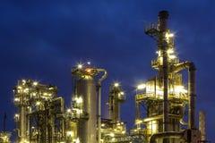 Raffinaderi på natten Arkivbild