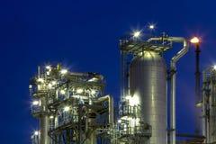 Raffinaderi på natten Arkivfoto