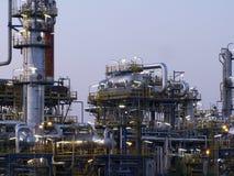 Raffinaderi på skymningljus på installation royaltyfria foton
