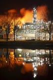 Raffinaderidestillationtorn på natten Royaltyfri Fotografi