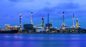 Raffinaderiindustrianläggning på skymning i Bangkok Thailand. Arkivfoton