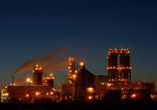 Raffinaderij bij nacht in Montreal A1 Stock Afbeeldingen