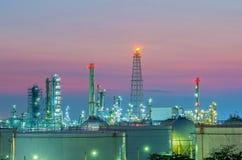 Raffinaderij bij zonsondergang Royalty-vrije Stock Afbeelding