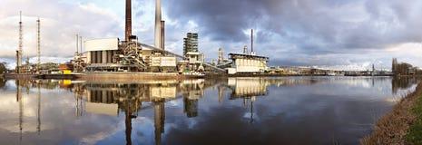 Raffinaderij met Bezinningspanorama stock foto's