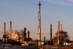 Raffinaderij op ochtendhemel Stock Foto's