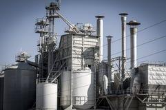 Raffinaderij, pijpleidingen en torens, zware industrieoverzicht Royalty-vrije Stock Foto