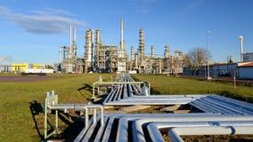 Raffinaderij voor de productie van brandstof - architectuur en gebouwen stock foto