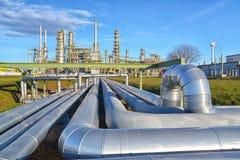 Raffinaderij voor de productie van brandstof - architectuur en gebouwen van een industrieel complex royalty-vrije stock foto