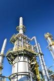 Raffinaderij voor de productie van brandstof - architectuur en gebouwen van een industrieel complex royalty-vrije stock afbeeldingen