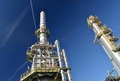 Raffinaderij voor de productie van brandstof - architectuur en gebouwen van een industrieel complex royalty-vrije stock fotografie