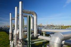 Raffinaderij voor de productie van brandstof - architectuur en gebouwen van een industrieel complex royalty-vrije stock afbeelding