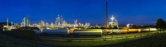 Raffinaderipanorama på natten Royaltyfri Fotografi