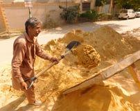 Raffinera sand med skyffeln Arkivfoton