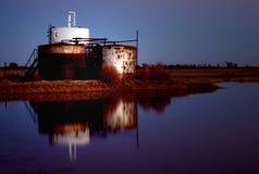 Raffineria alla notte Fotografie Stock Libere da Diritti