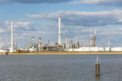 Raffineria del porto di Anversa e serbatoi Immagini Stock
