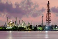 Raffineria dell'industria del gas e dell'olio, orizzonte del fiume di mattina Fotografia Stock Libera da Diritti