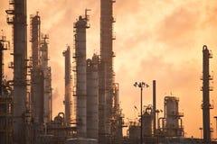 Raffineria di petrolio ad alba Immagine Stock