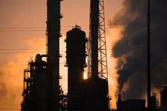 Raffineria di petrolio ad alba Immagine Stock Libera da Diritti
