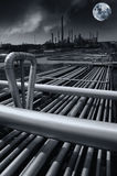 Raffineria di petrolio alla mezzanotte, aumento della luna piena Fotografia Stock