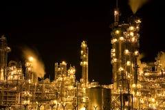Raffineria di petrolio alla notte Fotografie Stock