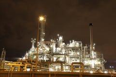 Raffineria di petrolio alla notte Fotografia Stock