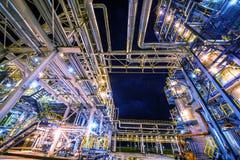 Raffineria di petrolio alla notte immagini stock libere da diritti