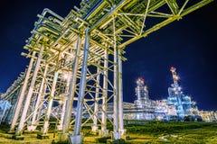 Raffineria di petrolio alla notte immagine stock