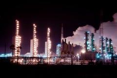 Raffineria di petrolio alla notte di inverno Immagine Stock
