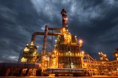 Raffineria di petrolio alla sera fotografia stock