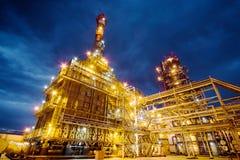 Raffineria di petrolio alla sera fotografie stock