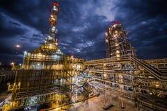 Raffineria di petrolio alla sera immagini stock libere da diritti