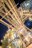 Raffineria di petrolio alla sera fotografia stock libera da diritti