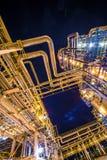 Raffineria di petrolio alla sera immagine stock
