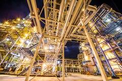 Raffineria di petrolio alla sera immagini stock
